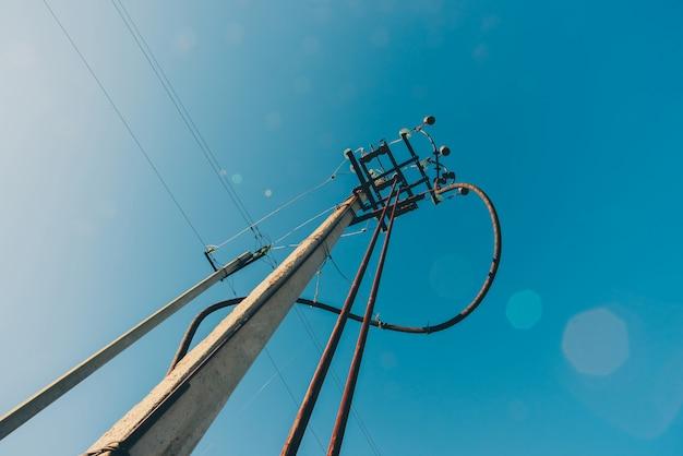 Lignes électriques sur fond de close-up de ciel bleu. moyeu électrique sur poteau. matériel électrique avec espace copie. fils de haute tension dans le ciel. l'industrie de l'électricité.