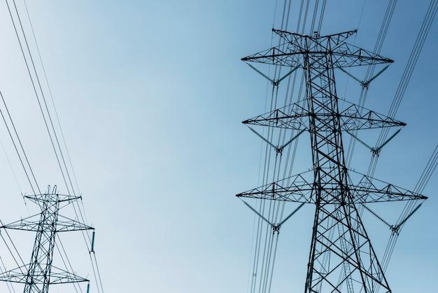 Lignes électriques à haute tension dans le ciel bleu
