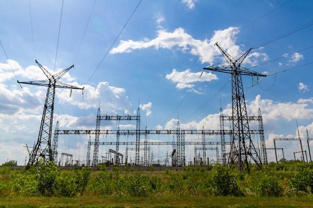 Lignes électriques à haute tension en hiver.