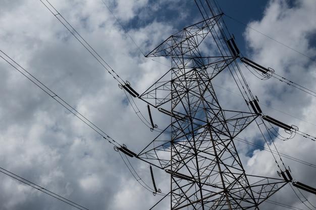 Lignes électriques avec des nuages en arrière-plan