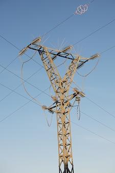 Lignes électriques sous un joli ciel bleu