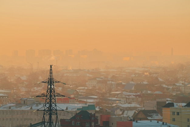 Lignes électriques en ville à l'aube.