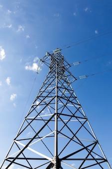 Lignes et fils pour le transport d'électricité.