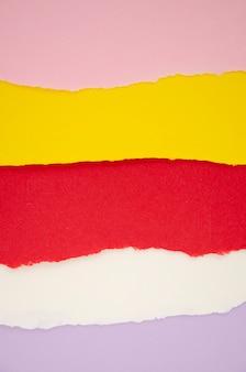 Lignes horizontales de papier de couleur déchiré