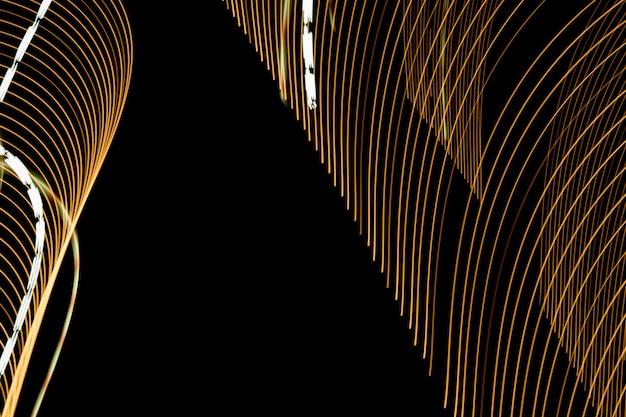 Lignes lumineuses abstraites sur fond noir. sentiers de lumière sur fond sombre.