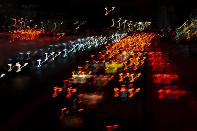 Lignes lumineuses des phares de voiture.
