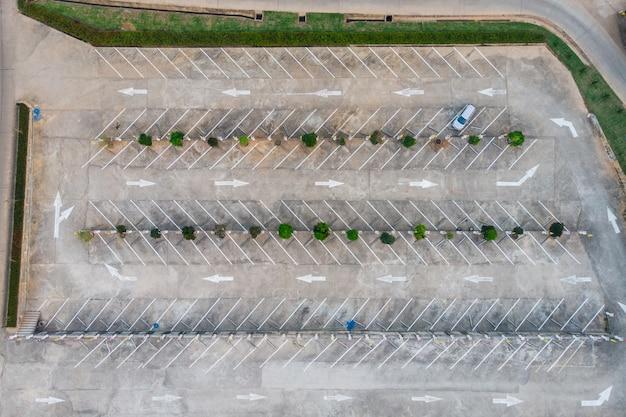 Lignes de terrain vacant sur un parking avec panneau de signalisation de flèches