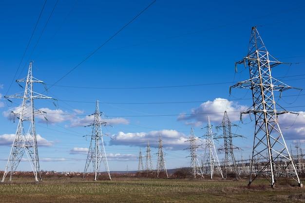 Lignes de transport d'électricité, centrale électrique.