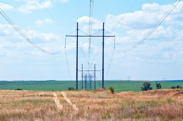 Lignes de transport d'électricité. fils contre le ciel