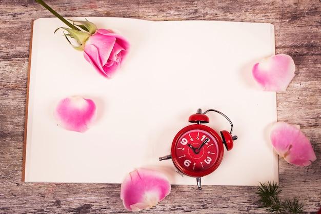 Lilly fleur et montre sur fond en bois de carnet de notes