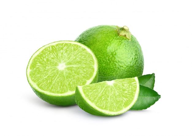 Lime fraîche avec des feuilles vertes et tranchées isolé sur fond blanc
