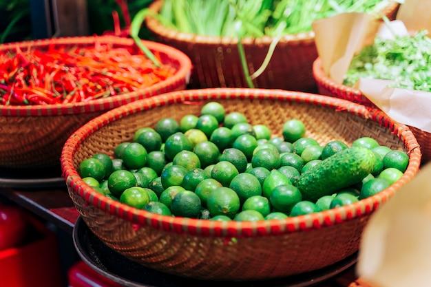 Limes dans un panier en osier au marché
