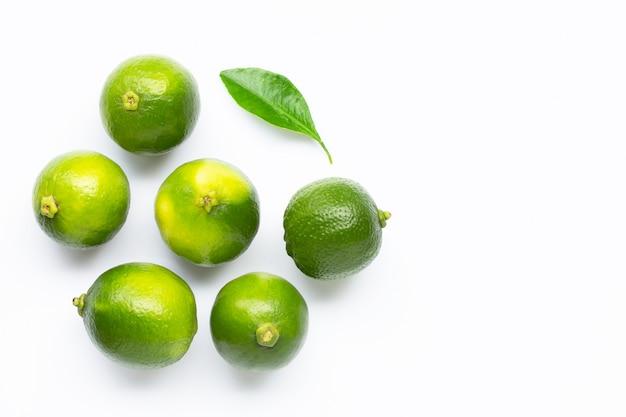 Limes avec feuille isolé sur blanc.