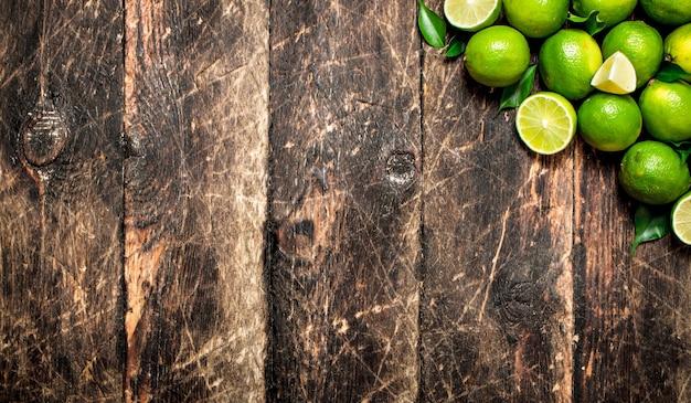 Limes à feuille verte.