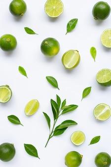Limes avec des feuilles isolés sur blanc.