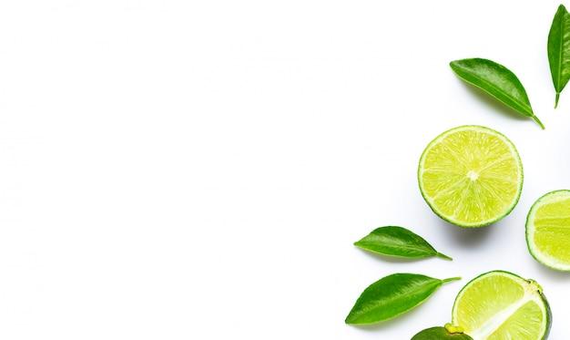 Limes à feuilles isolés sur fond blanc.