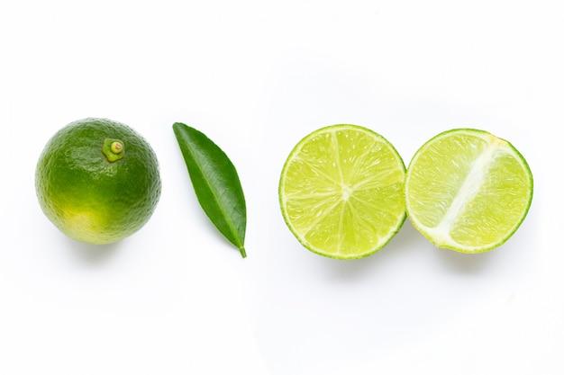 Limes fraîches avec feuille isolé sur blanc