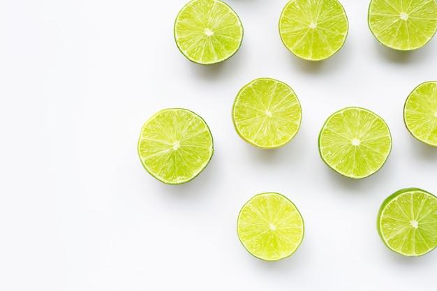 Limes fraîches avec sur fond blanc.