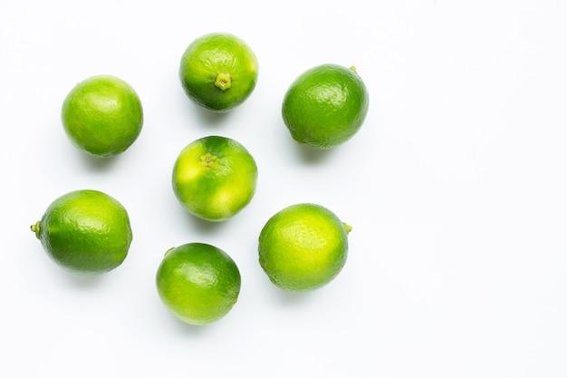Limes fraîches isolés sur blanc.