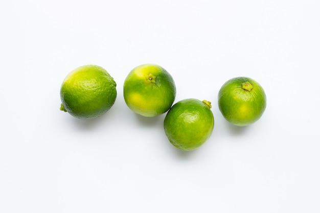 Limes fraîches isolés sur blanc