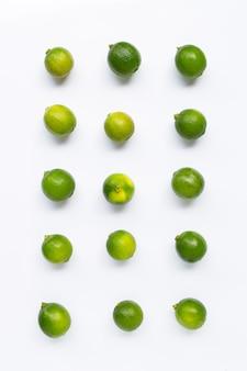 Limes fraîches isolés sur fond blanc.