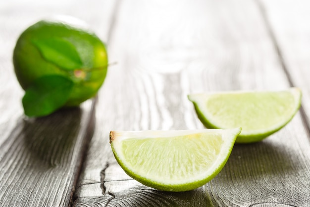 Limes fraîches sur la table en bois
