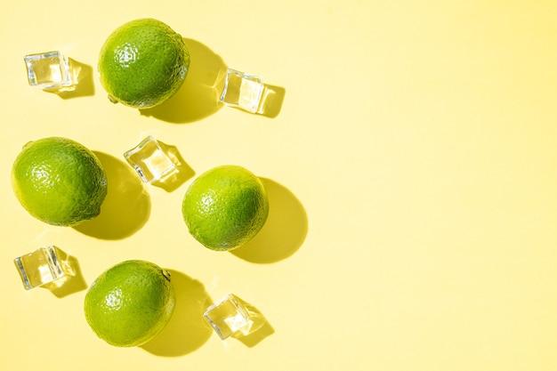 Limes avec des glaçons isolés sur jaune