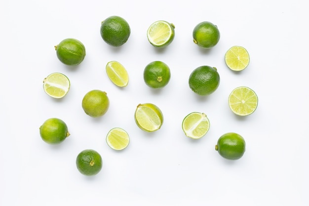 Limes isolé sur fond blanc.