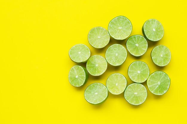 Limes sur table jaune.