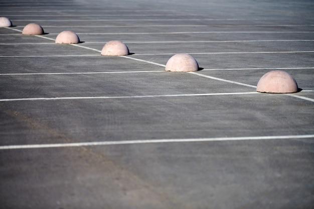 Limiteur de stationnement hémisphères en béton. protection contre le parking. éléments pour restreindre l'accès à la zone de stationnement et contrôler la circulation des véhicules