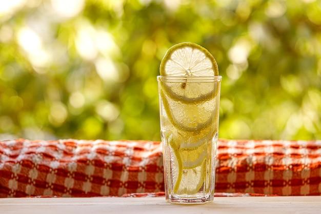 Limonade d'agrumes dans le jardin