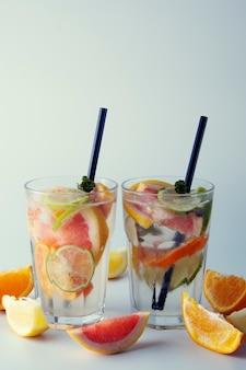 Limonade d'agrumes frais. cocktail rafraîchissant fait maison au citron, citron vert et pamplemousse.