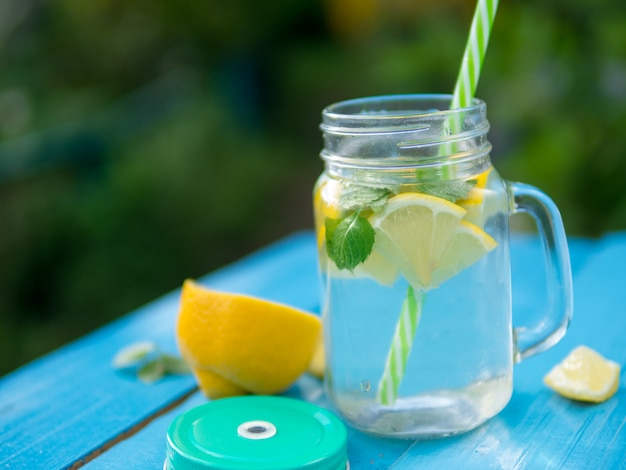 Limonade au citron et à la menthe et espace de copie