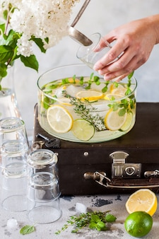 Limonade aux agrumes et aux herbes