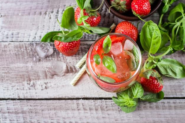 Limonade aux fraises au basilic en verre sur fond en bois. vue de dessus, espace de copie