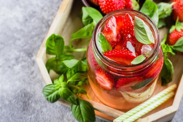 Limonade aux fraises et basilic dans un bocal à conserves