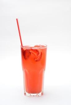 Limonade aux fraises dans un verre transparent