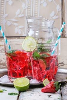 Limonade aux fraises dans un verre