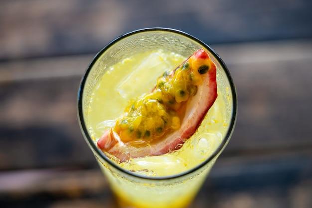 Limonade aux fruits de la passion dans un verre clair dans un café d'été la vue depuis la tranche supérieure se bouchent