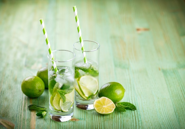 Limonade boire sur une table en bois