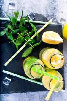 Limonade en bouteille avec glace et menthe