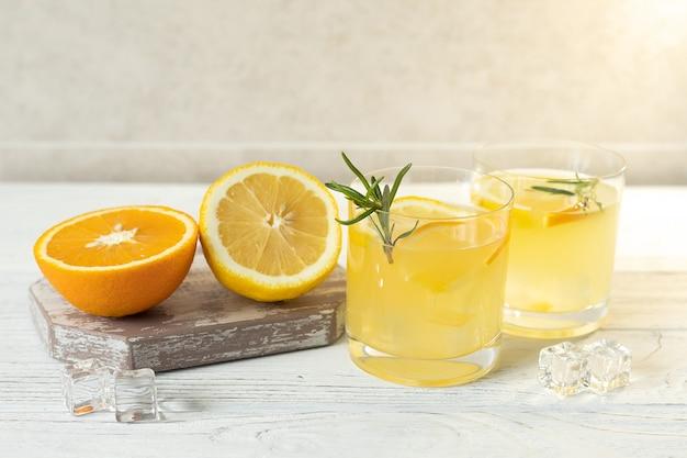 Limonade de citrons et d'oranges sur la table