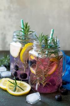 Limonade ou cocktail aux myrtilles et boisson rafraîchissante froide au romarin avec de la glace