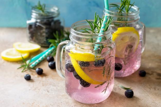 Limonade ou cocktail aux myrtilles, citron et romarin, boisson rafraîchissante froide avec de la glace