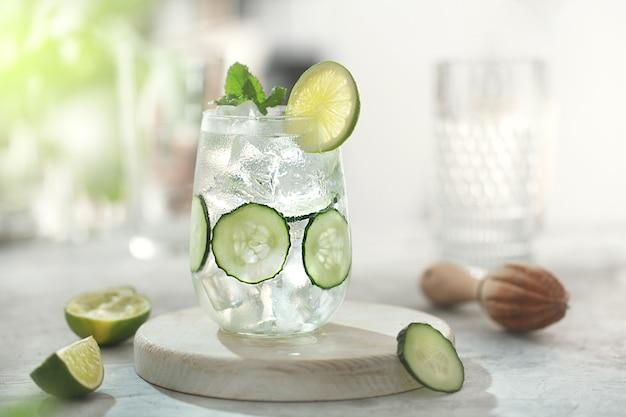 Limonade cocktail de concombre au citron vert sur la table