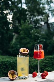 Limonade ou cocktail tropical aux fruits de la passion et cooling rossini cocktail alcoolisé italien avec
