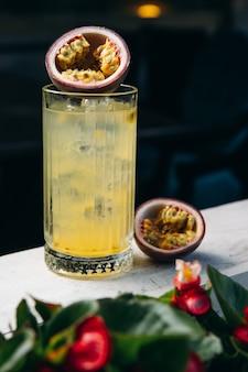 Limonade ou cocktail tropical aux fruits de la passion