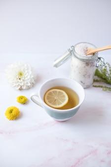 Limonade dans une tasse en céramique blanche