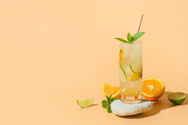 Limonade d'été ou cocktail avec tranche d'orange et de citron vert
