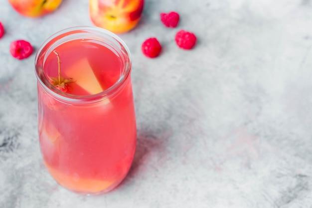Limonade d'été dans un bocal sur la table en pierre grise